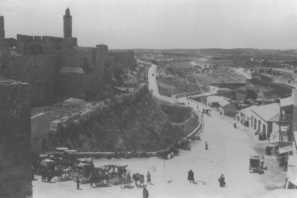 GENERAL VIEW OF THE WALL AROUND THE OLD CITY OF JERUSALEM DAVIDS TOWER FROM THE JAFFA GATE FACING SOUTH. COURTESY OF AMERICAN COLONY חומות העיר העתיקה בירושלים ומגדל דוד